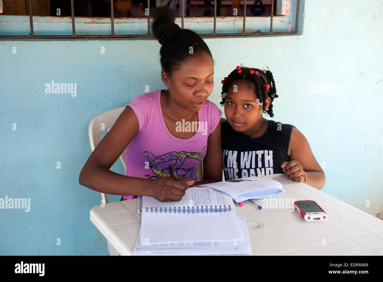 Dominikanische Republik, Halbinsel Samana, El Limon, Kind bei Schulaufgaben Stock Photo