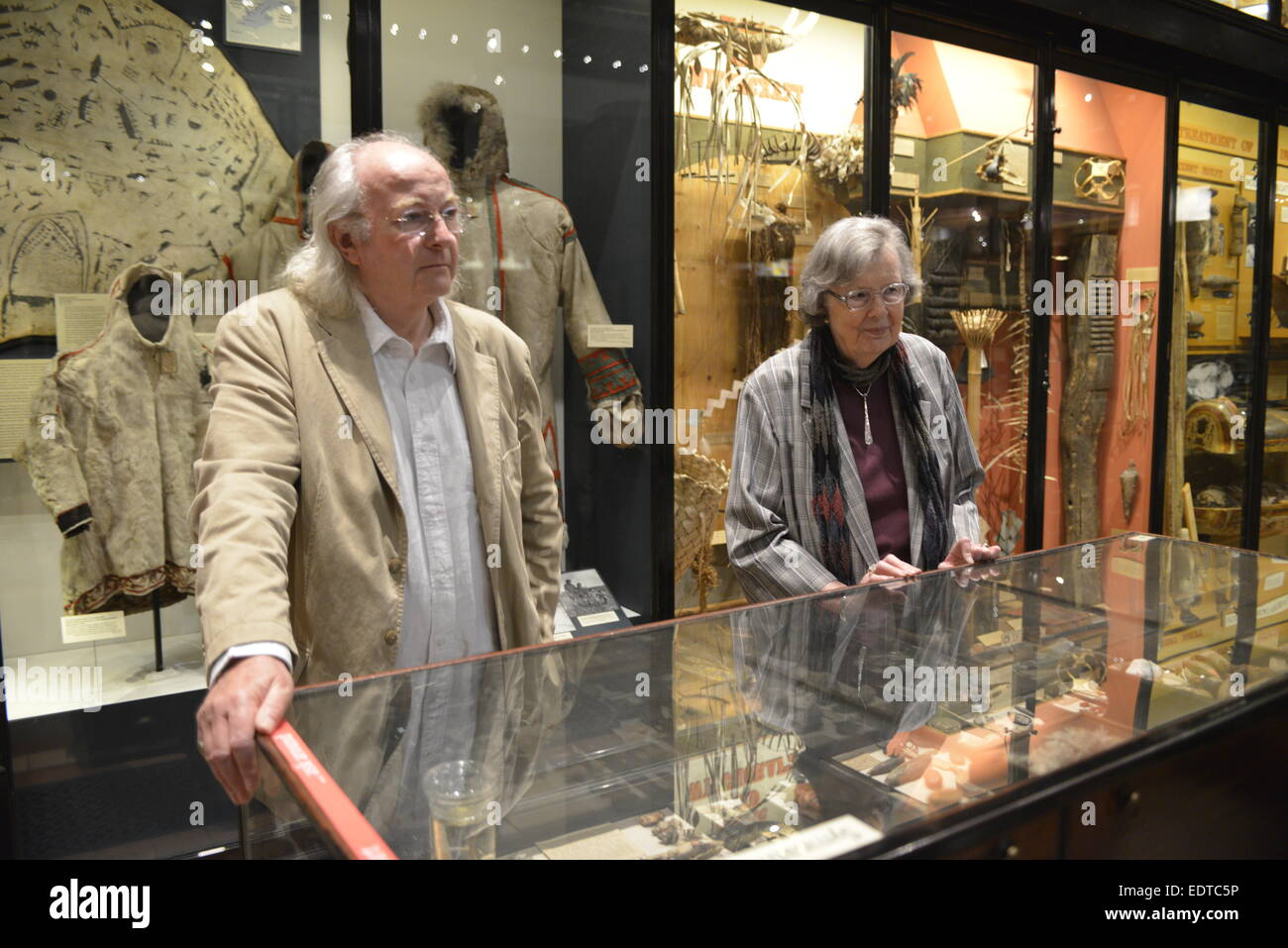 Philip Pullman and  Dame Penelope Lively examine artifacts at the Pitt Rivers Museum, Oxford - Stock Image