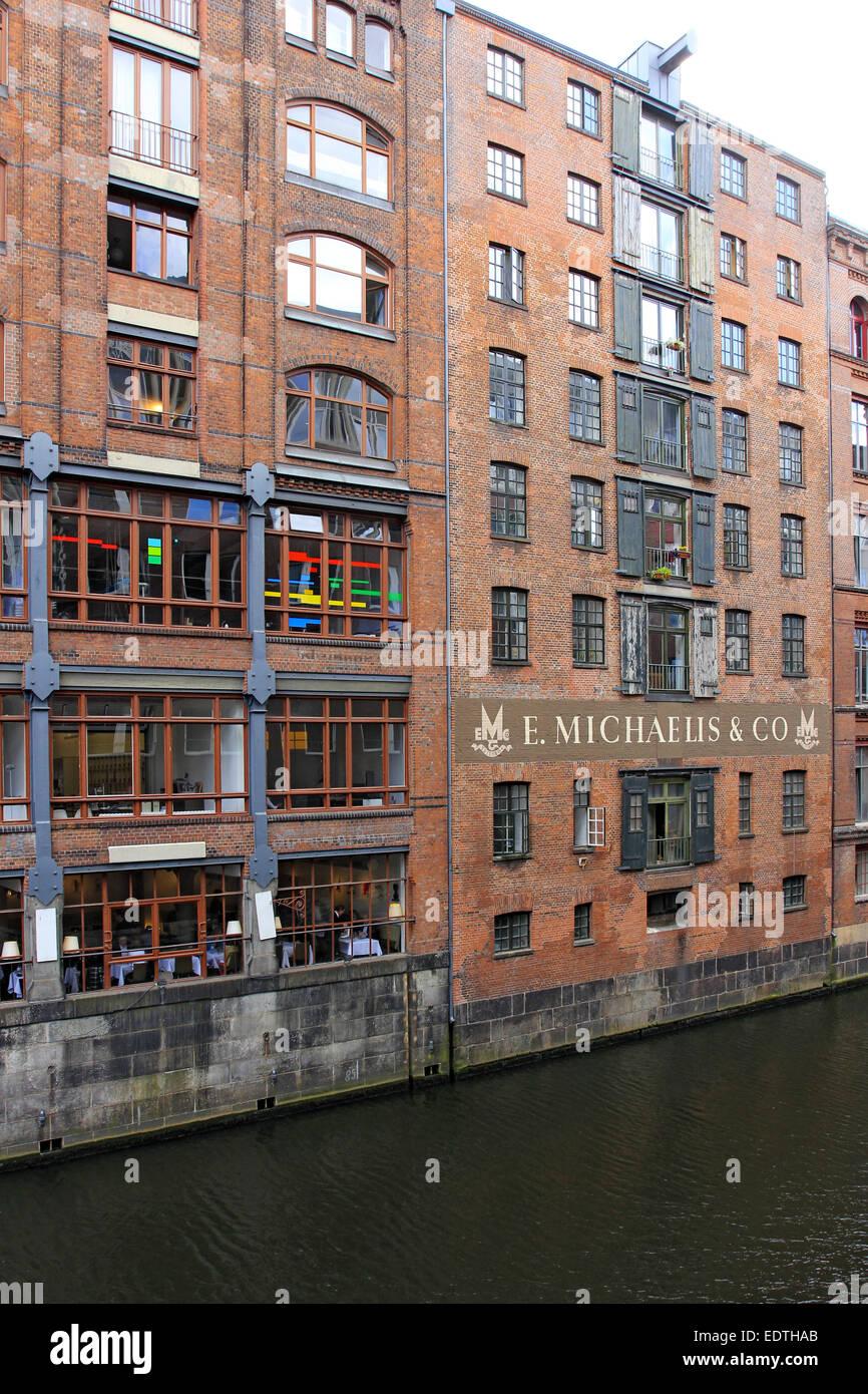 Deutschland, Hansestadt Hamburg, Backsteingebäude an einem Fleet,Germany, Hanseatic City Hamburg, Brick building - Stock Image