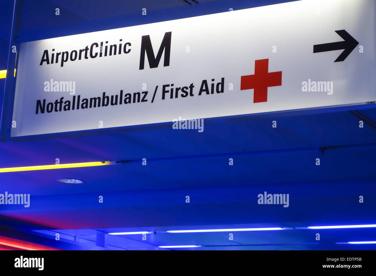 Hinweisschild zur Airport Clinic im Flughafen München, Terminal I, Bayern, Oberbayern, Deutschland,Sign for - Stock Image
