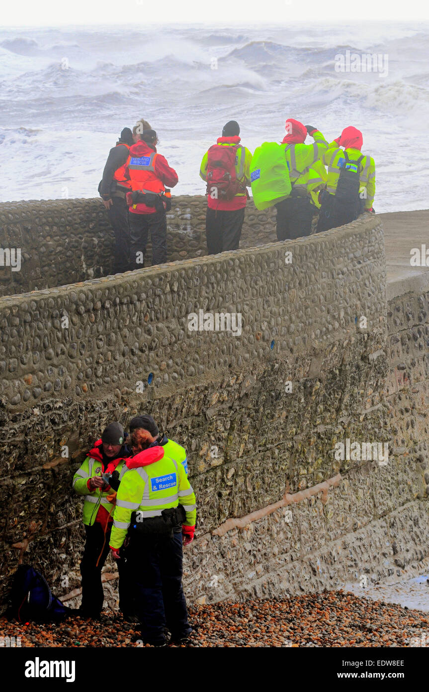 Brighton, East Sussex, UK. 10th January, 2015. Search resumes along the coast for two persons missing. Group of - Stock Image