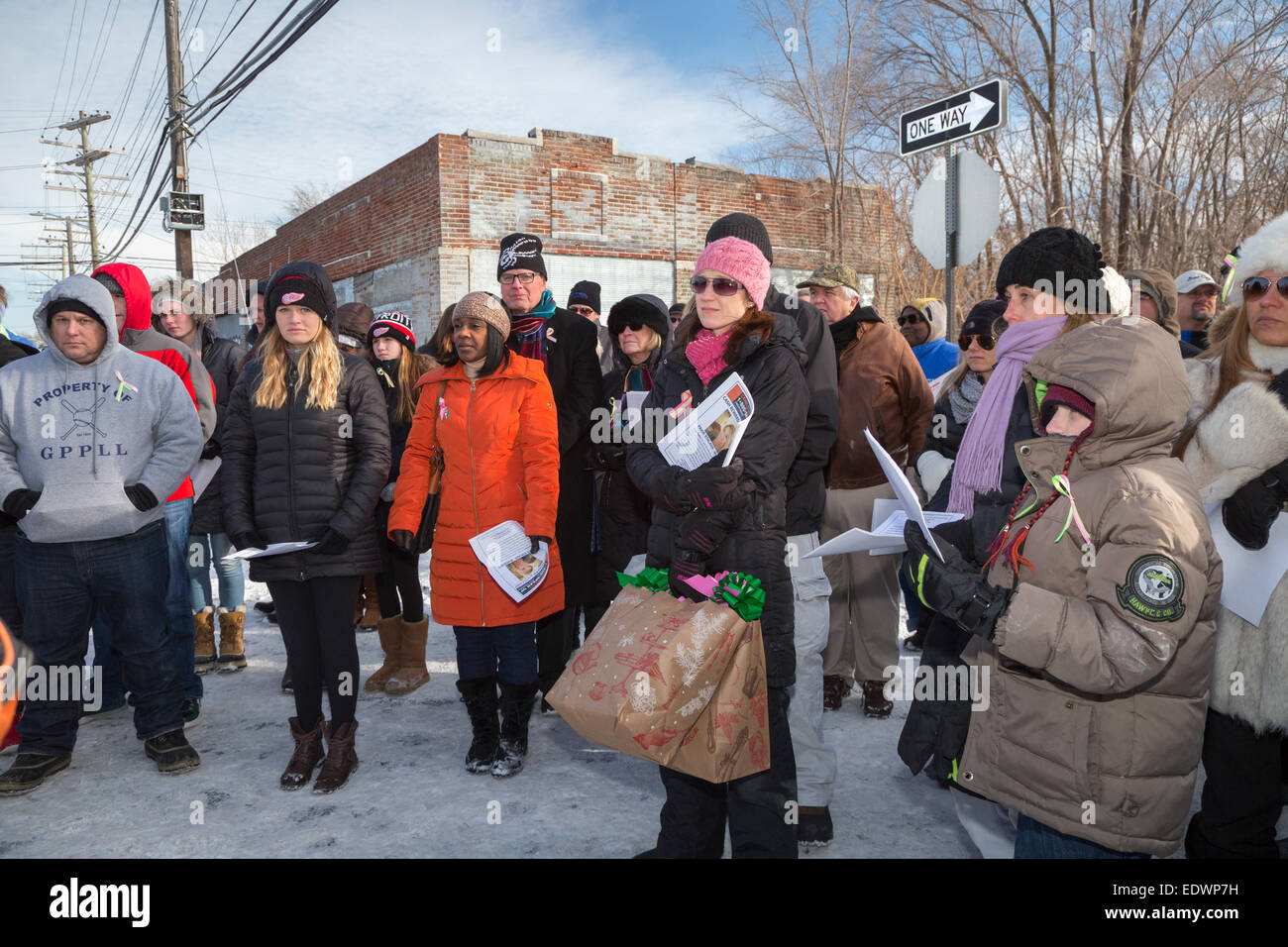 Detroit, Michigan, USA. 10th January, 2015. Family, friends, and community members gather to pray on a Detroit street - Stock Image