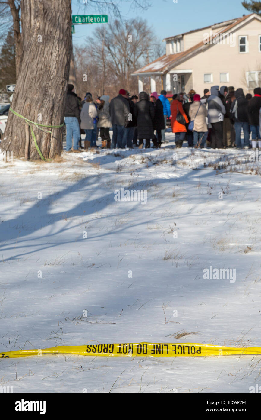 Detroit, Michigan, USA. 10th January, 2015. Police crime scene tape remains as family, friends, and community members - Stock Image