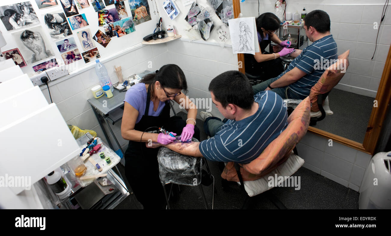 tattoo artist tattoo parlour. credit: LEE RAMSDEN / ALAMY Stock Photo