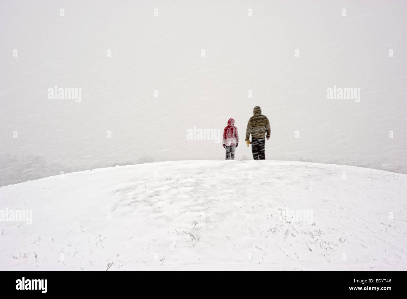 Dunstable downs snow father and child. credit: LEE RAMSDEN / ALAMY Stock Photo