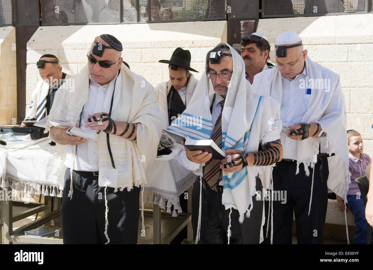 Jews are reading in the torah during a Bar Mitzvah ritual at the Wailing wall in Jerusalem - Stock Image