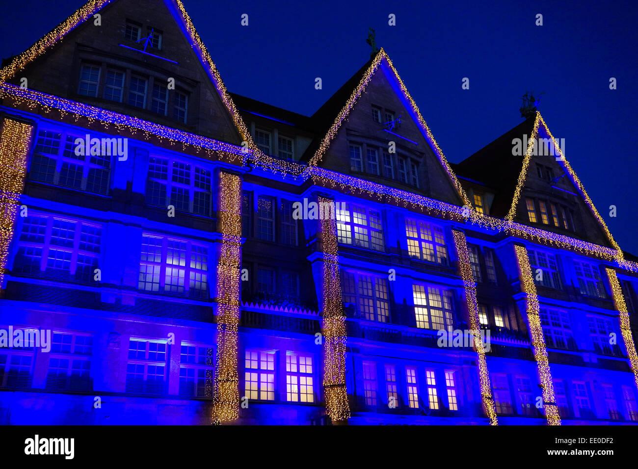 Weihnachtseinkäufe, bunt beleuchtete Fassade des Kaufhauses Oberpollinger in der Neuhauserstrasse in München, - Stock Image