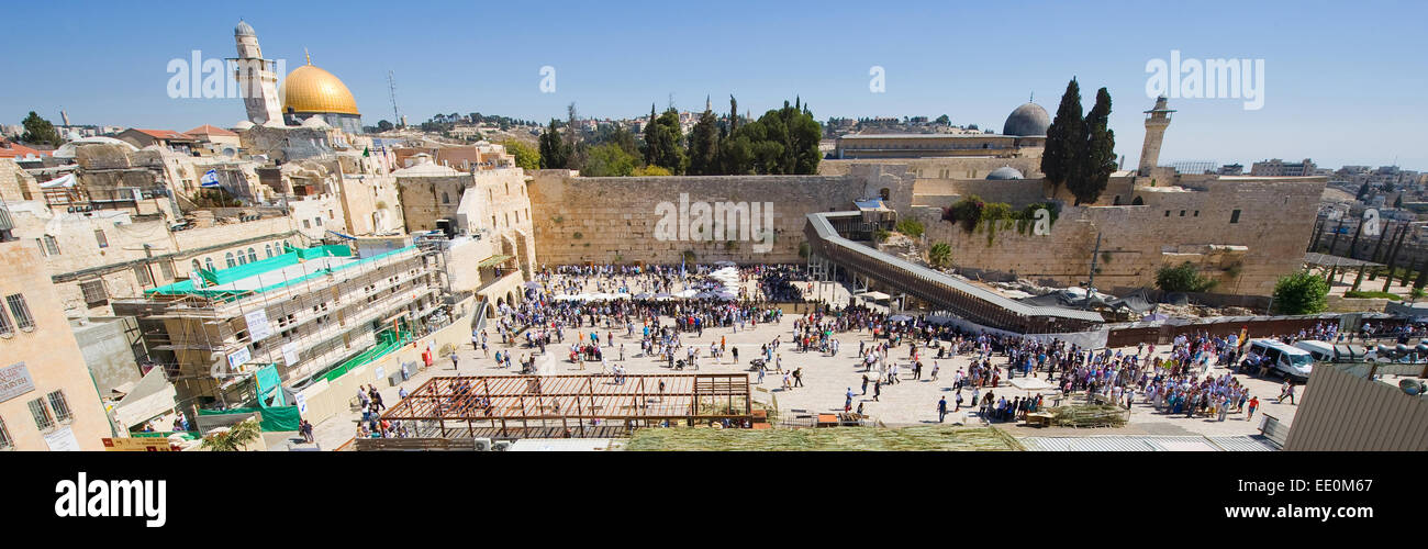 JERUSALEM, ISRAEL - OCT 06, 2014: Panorama of the Wailing wall in Jerusalem with left the dome of the rock and right - Stock Image