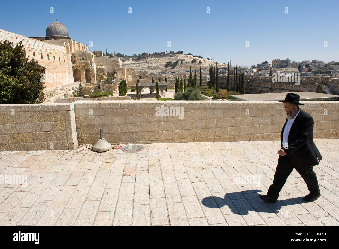 JERUSALEM, ISRAEL - OCT 06, 2014: An orthodox jewish man is walking on the street just southwest of the temple mount. - Stock Image