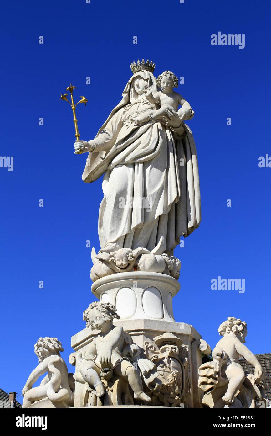 Deutschland, Bayern, Oberbayern, Altoetting, barocker Marienbrunnen, Kapellplatz - Stock Image