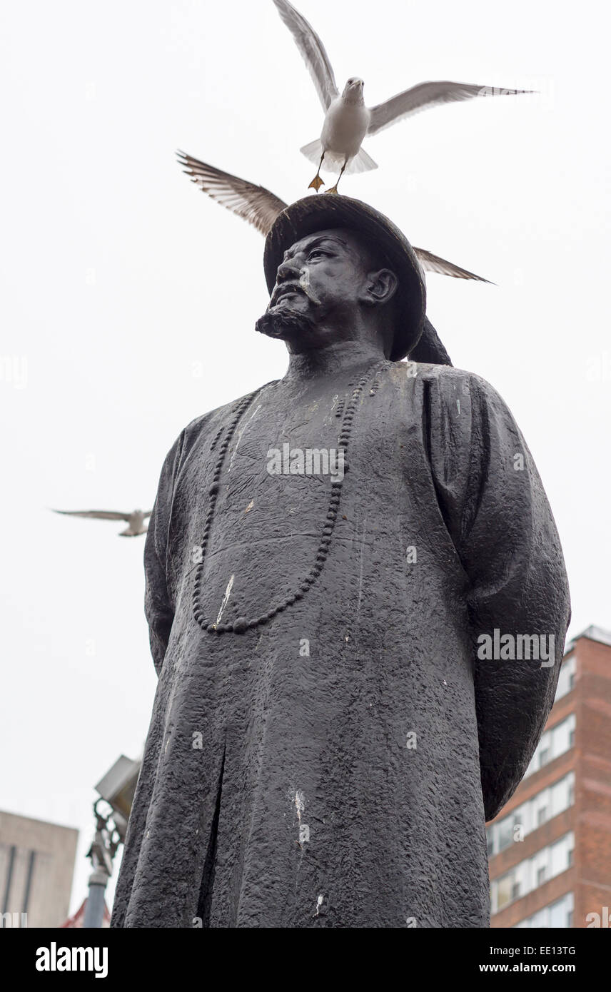 Statue of Lin Ze Xu 1785-1850 with seagulls. Pioneer in the war against drugs is commemorated with a bronze statue Stock Photo