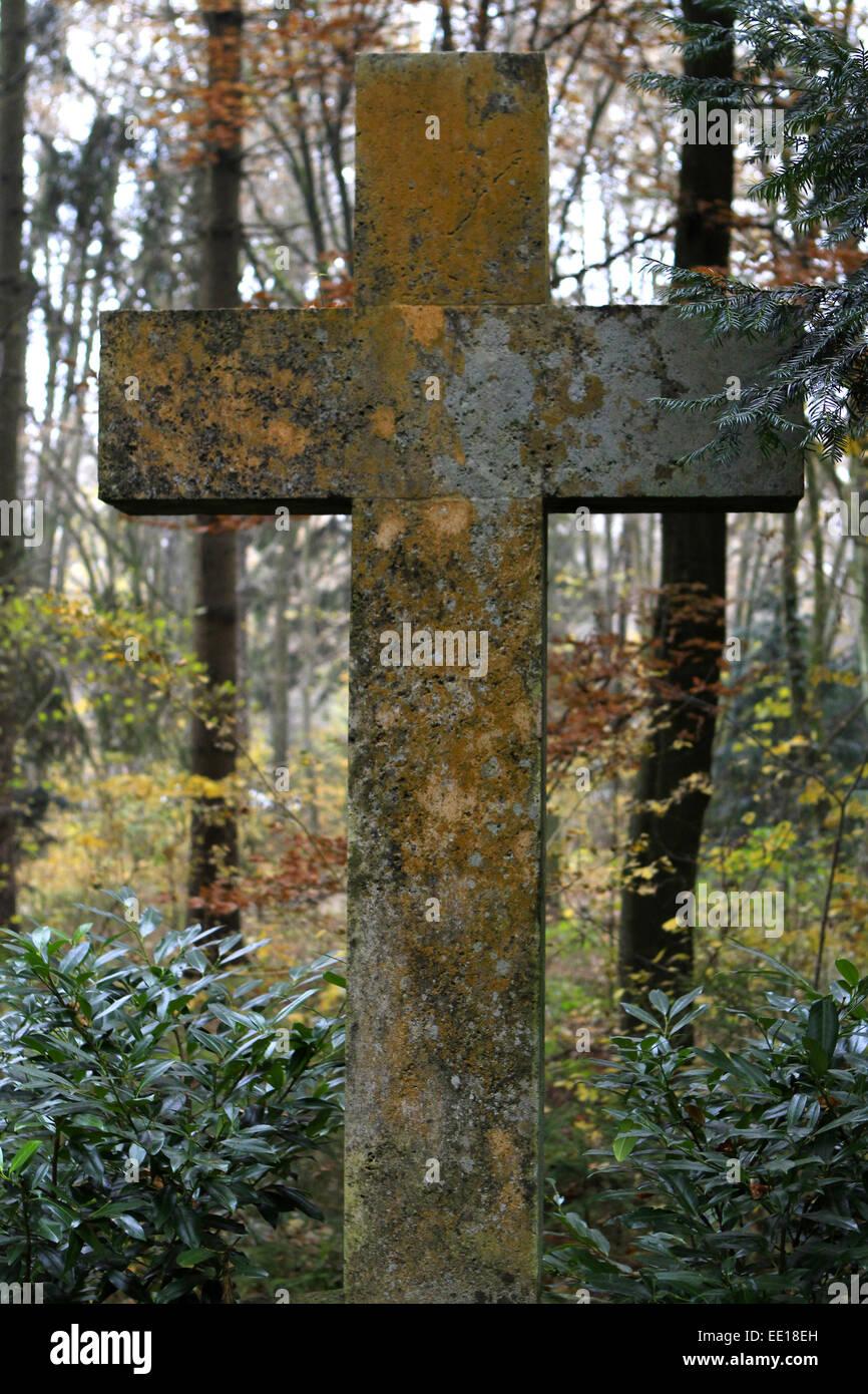 Grabkreuz, Grab auf einem Friedhof an Allerheiligen Stock Photo
