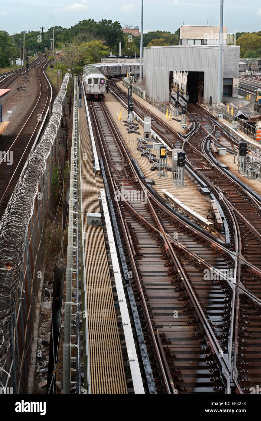 New York, Old tracks and wagons subway in Flushing Meadow. The 7 Flushing Local and <7> Flushing Express are two Stock Photo