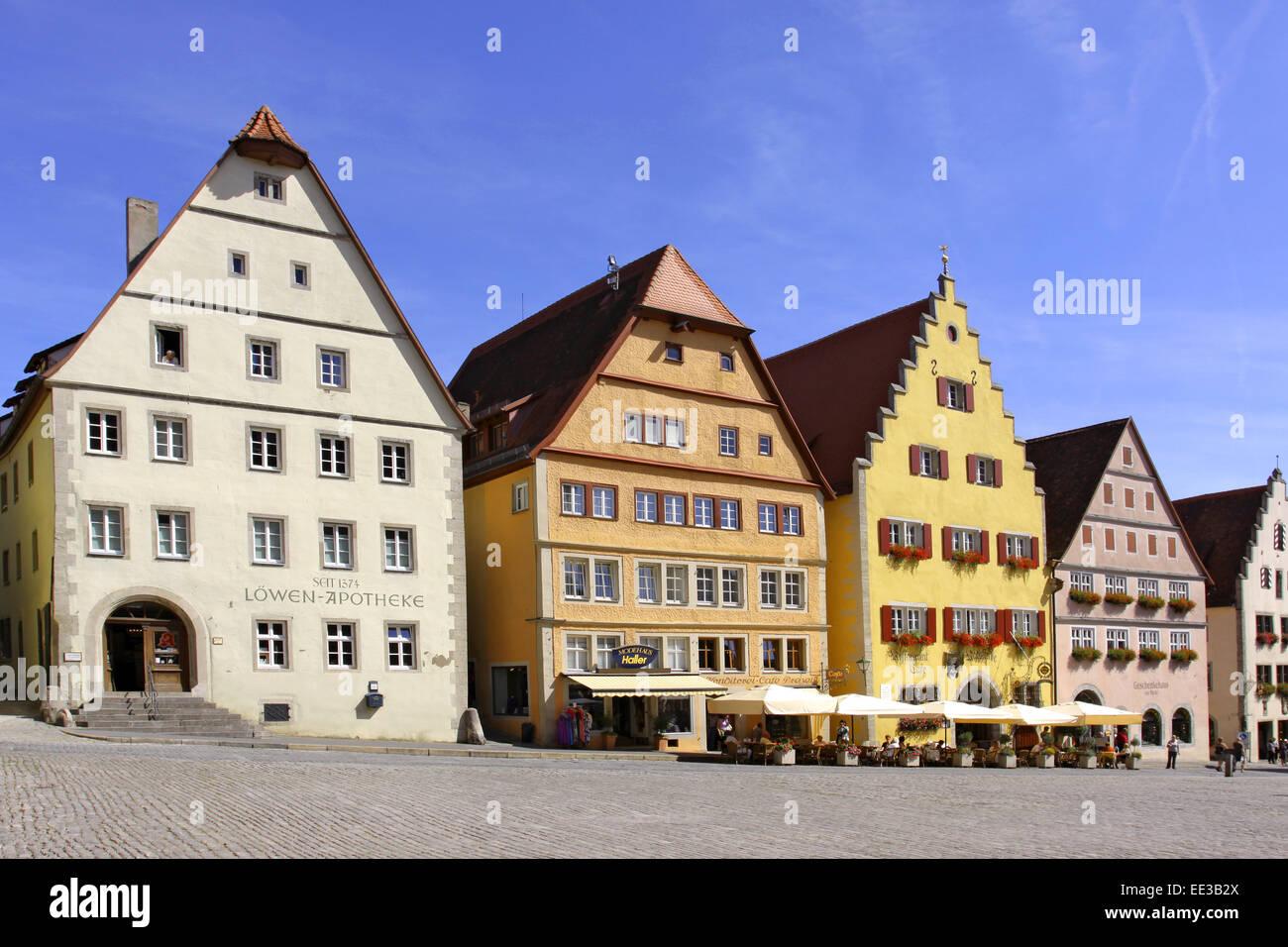 Deutschland, Bayern, Rothenburg ob der Tauber, Marktplatz, Altstadt, Stadtmitte, Haeuser, Fassade, Fassaden, Touristen, - Stock Image