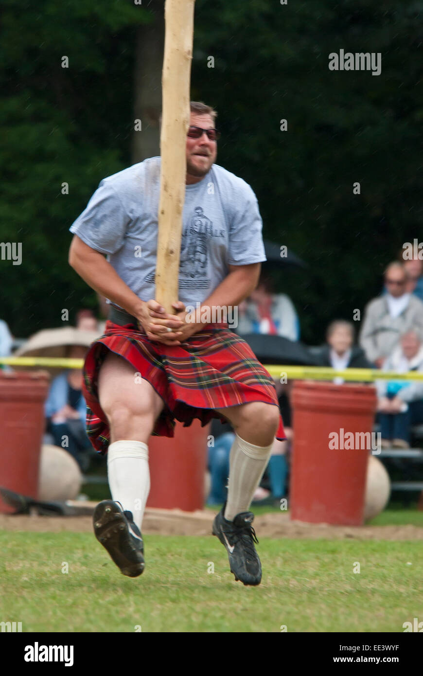 Caber toss, Scottish heavy games - Stock Image
