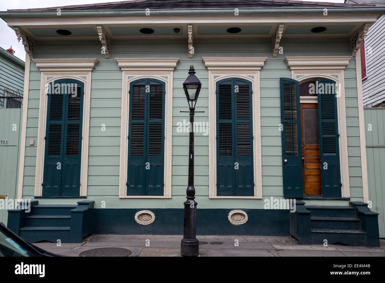 French Quarter, New Orleans, Louisiana.  A Double Shotgun House with Pair of Windows Flanked by Entrance Doors. - Stock Image