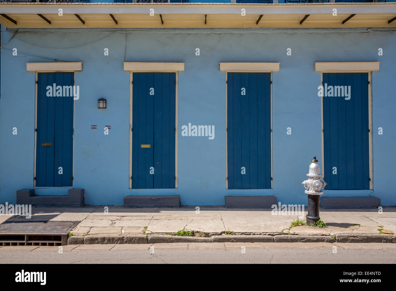 French Quarter, New Orleans, Louisiana.  Shotgun-Style House.  Duplex, Two Doors, Two Windows. - Stock Image