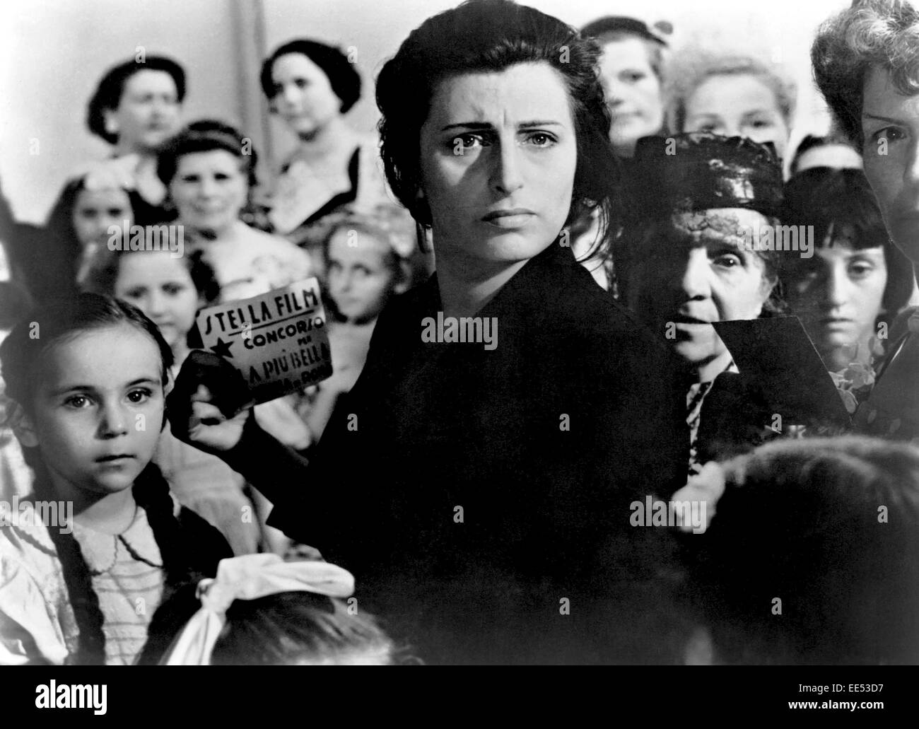 Tina Apicella, Anna Magnani, Amongst Group of Other Women and Children, on-set of the Film, 'Bellissima', - Stock Image