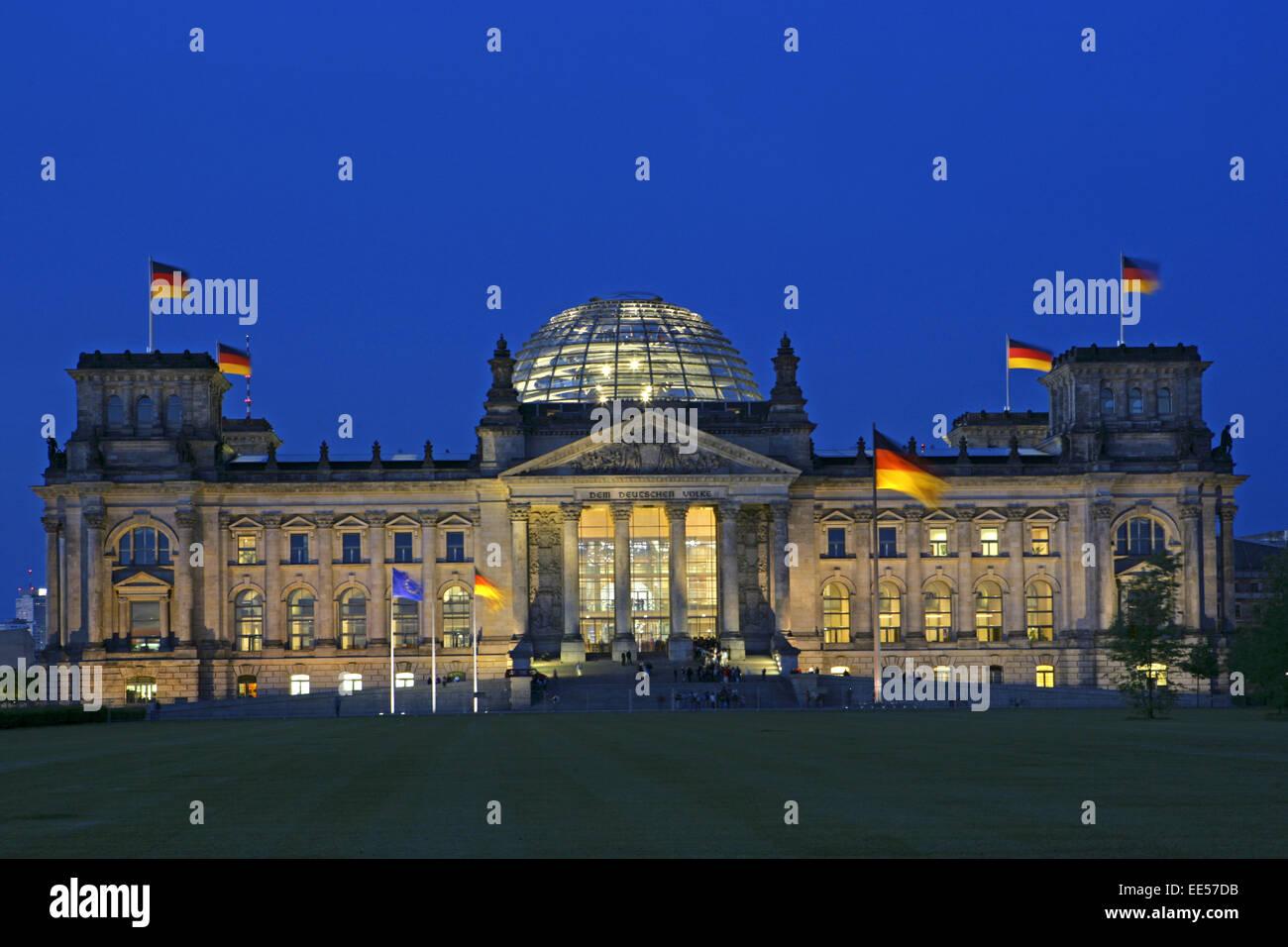 Deutschland, Berlin, Europa, Hauptstadt, Stadt, Sehenswuerdigkeit, Reichstagsgebaeude, Nationalflaggen, Besucher, - Stock Image