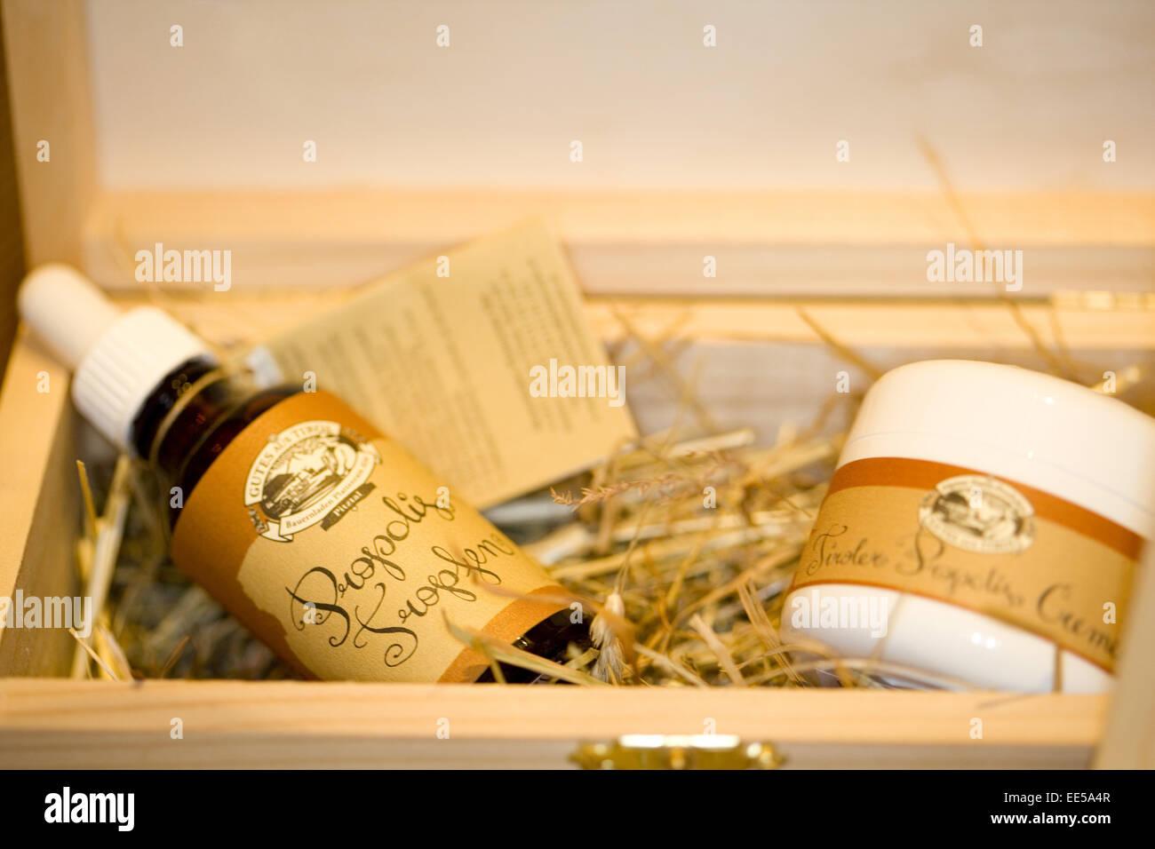 Close-Up, Creme, Cremes, Cremetopf, Innenaufnahme, Koerperpflege, Medizin, Nahaufnahme, Naturkosmetik, Propolis, - Stock Image