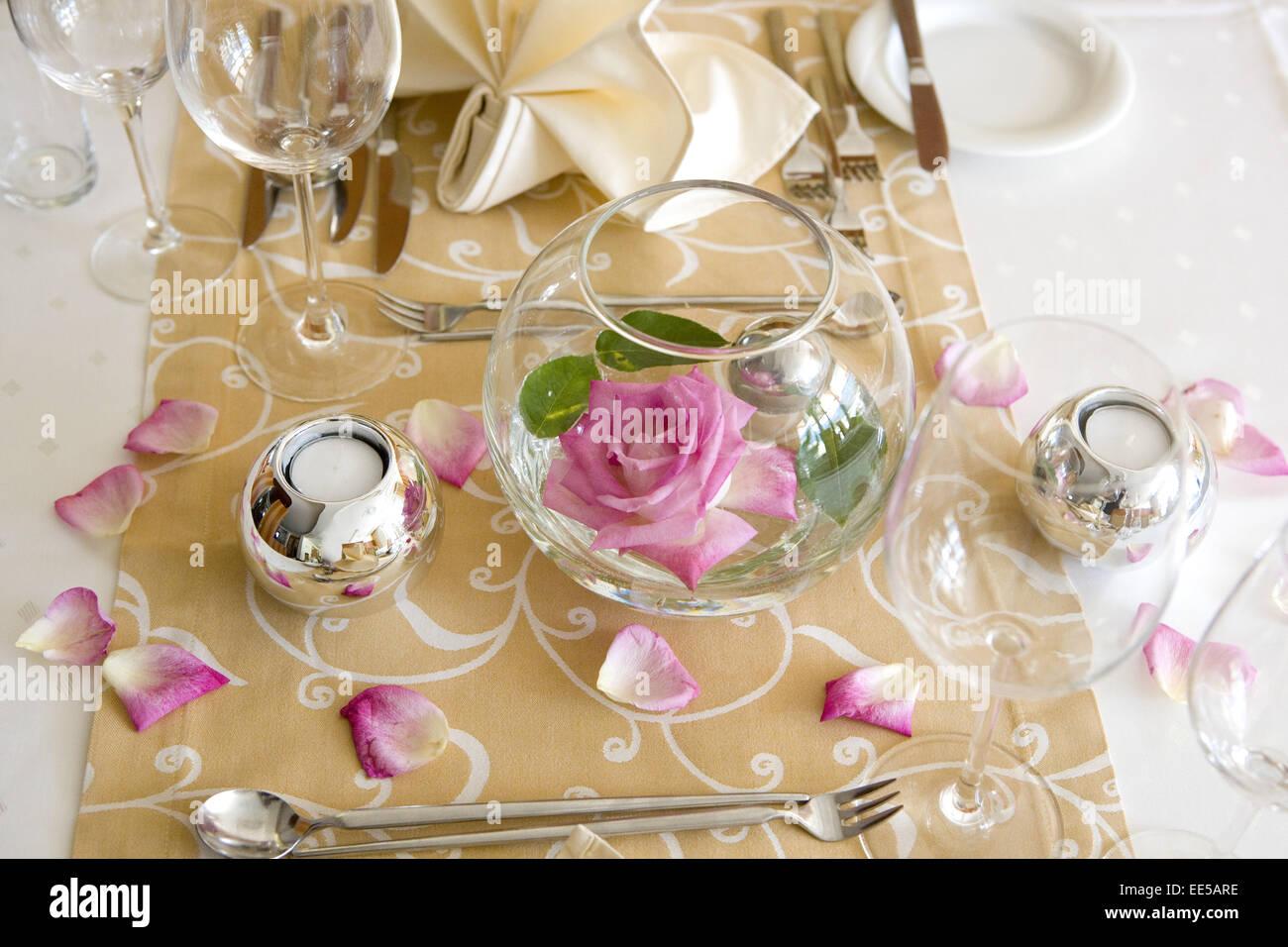 Tisch, gedeckt, festlich, Detail, Tischdeko, Tischdekoration, Rose, Rosenblaetter, Glaeser, Weinglas, Wasserglas, - Stock Image