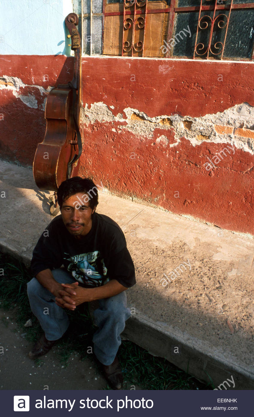 Mexcaltitan, A cellist in one of the village's streets - Stock Image