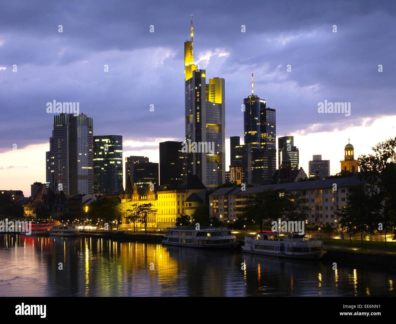 Deutschland, Hessen, Frankfurt am Main, Bankenviertel, Skyline, Beleuchtung, Abend, Europa, Grossstadt, Metropole, - Stock Image