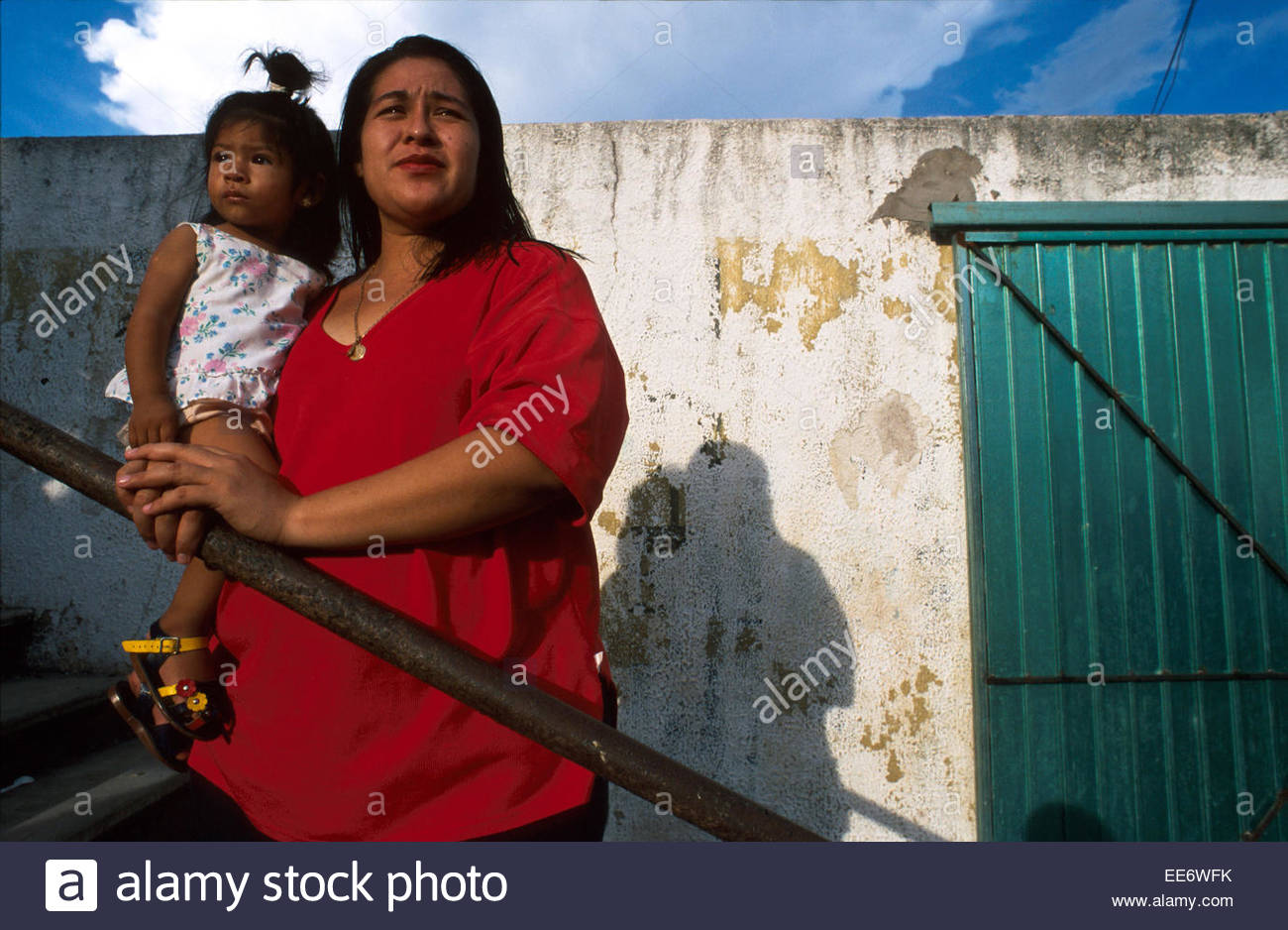 Mexcaltitan, Mother and child watching the basketball match - Stock Image