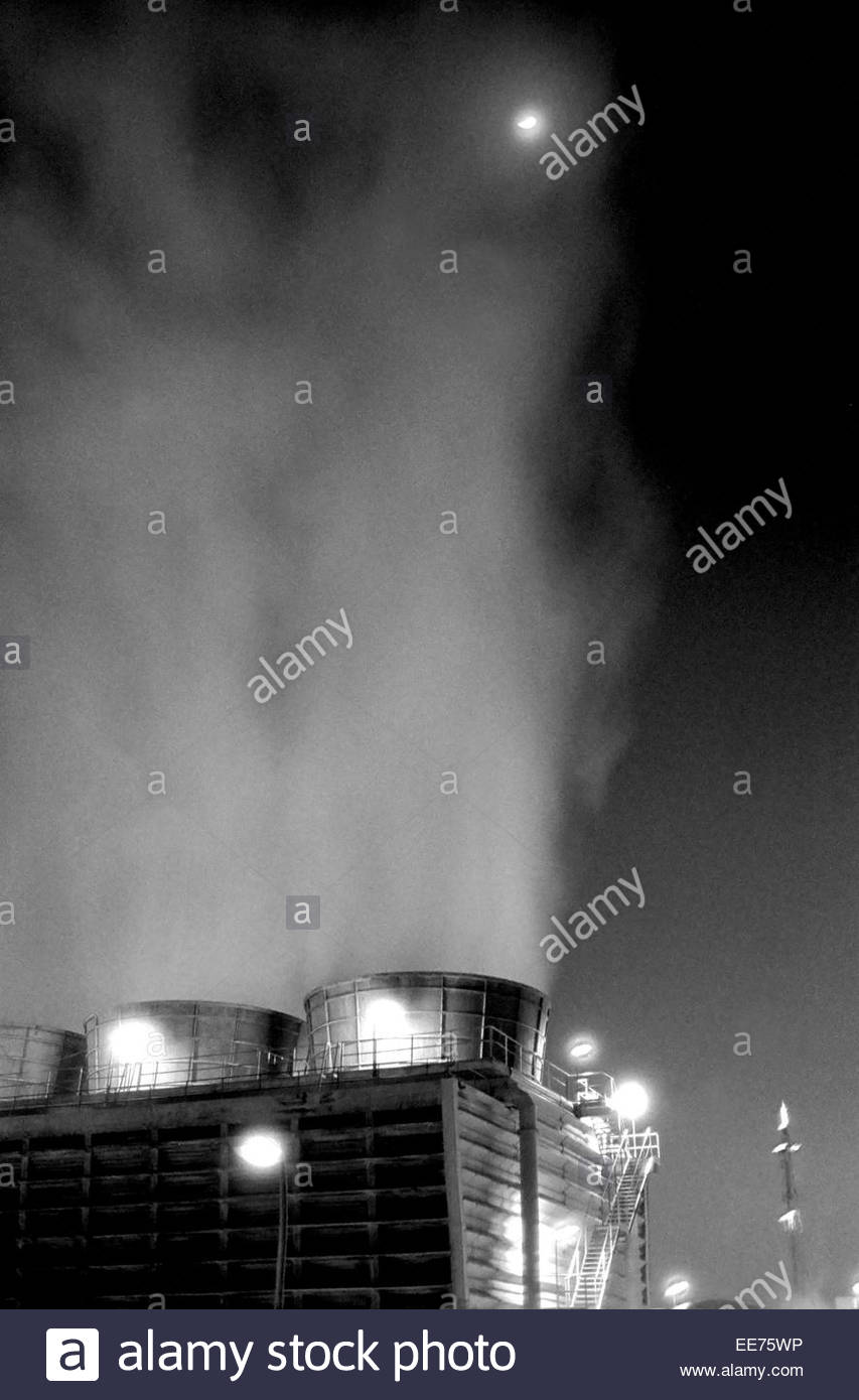 Air pollution in a oil refinery in Tarragona, Spain - Stock Image