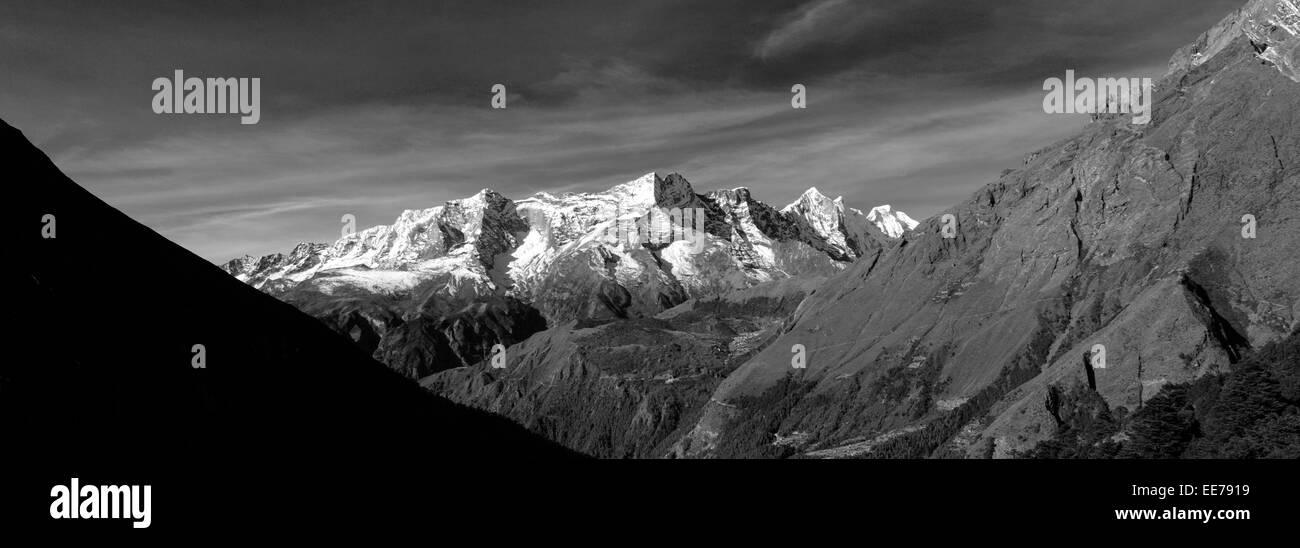 Snow Capped Konge Ri mountain, on the Everest base camp trek, Sagarmatha National Park, Solukhumbu district, Khumbu - Stock Image