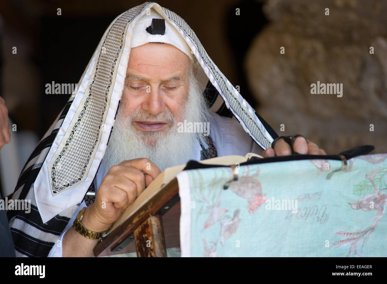 JERUSALEM, ISRAEL - OCT 06, 2014: An old jewish man is reading in the torah near the wailing wall in Jerusalem - Stock Image