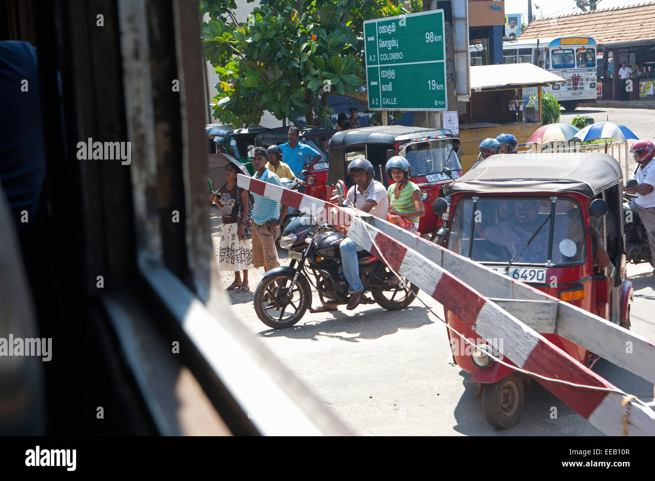 BUSY TRAFFIC AT LEVEL CROSSING IN COLOMBO - Stock Image