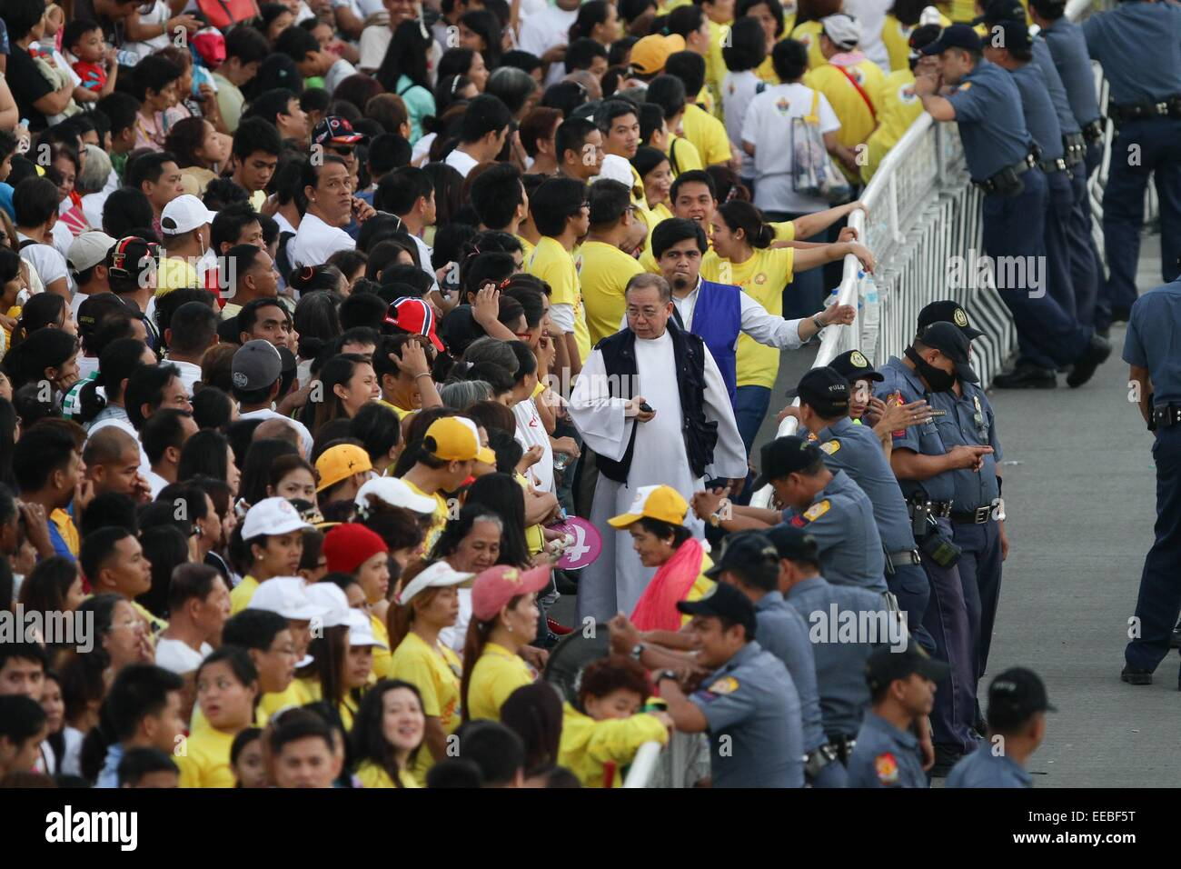 Manila, Phillipines. 15th January, 2015. A priest talks the people waiting for the arrival of Pope Francis in Baclaran - Stock Image