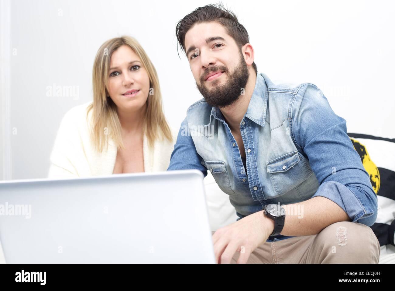 couple using laptop - Stock Image