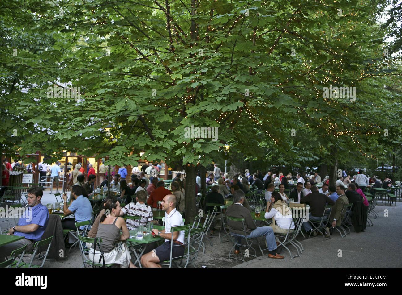 Bayern, Besucher, Biergarten, Entspannung, Erholung, Essen, Freizeit, Gastronomie, Geselligkeit, Grossstadt, Gruenanlage, - Stock Image