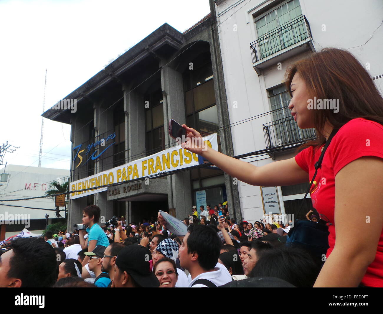 Manila, Philippines. 16th January, 2015. Thousands of Catholic devotees, who patiently waited for long hours, greeted - Stock Image