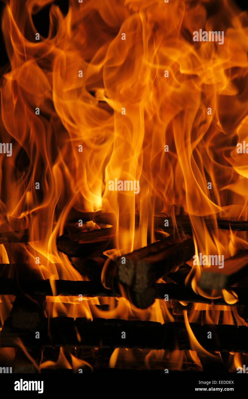 Elemente, Feuer, Flamme, Flammen, Glut, Hitze, Holz, Lagerfeuer, brennen, gluehen, Kamin, offen, Feuerstelle, Brennholz, - Stock Image