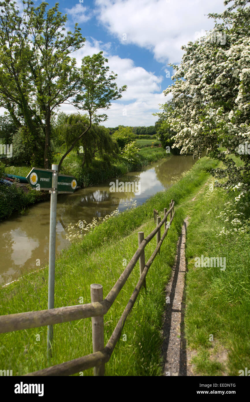 UK, England, Wiltshire, Vale of Pewsey, Wilcot, public footpath on Kennett and Avon Canal towpath - Stock Image