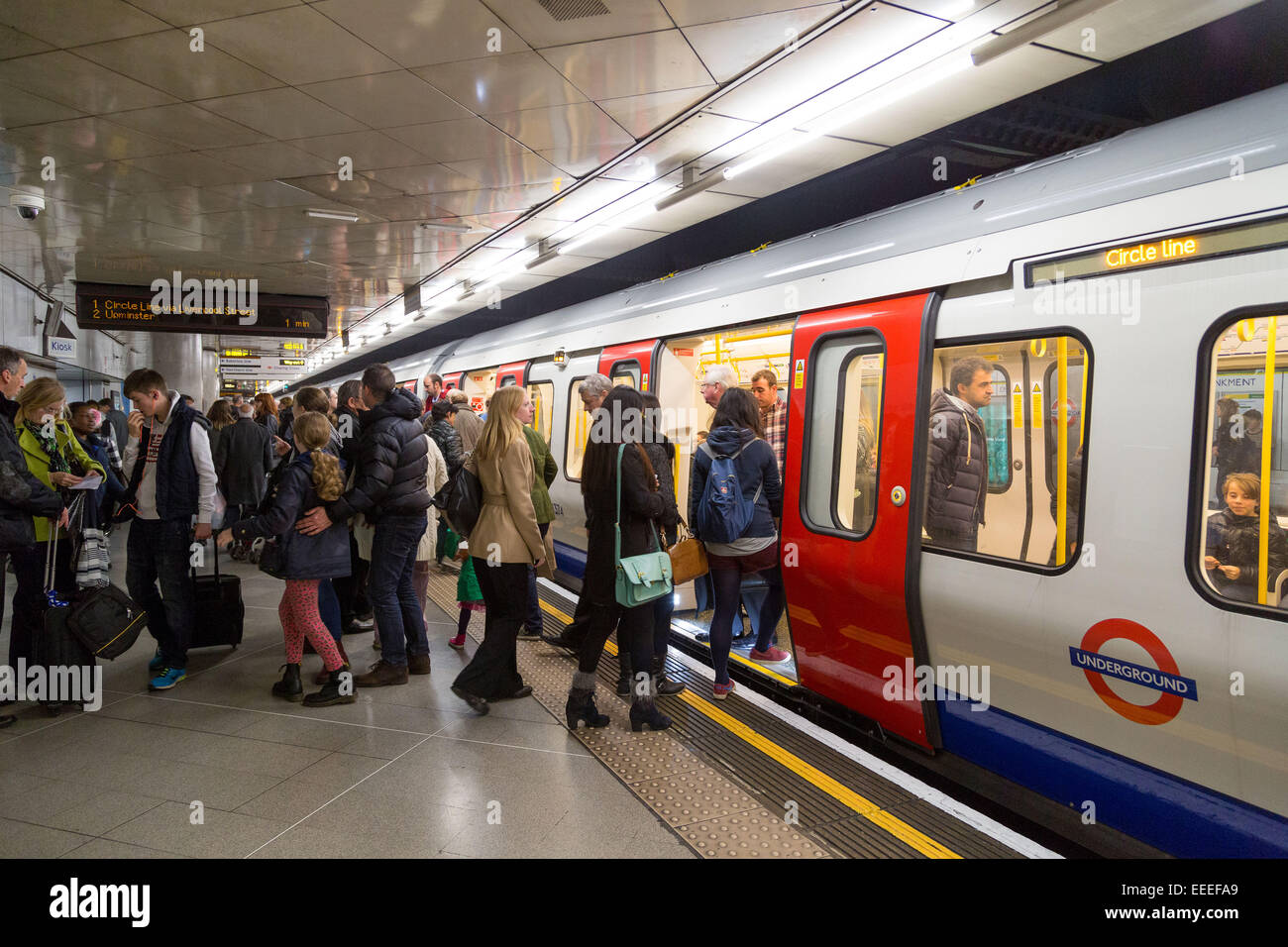 People boarding and alighting an S Stock train on the Circle line - Stock Image