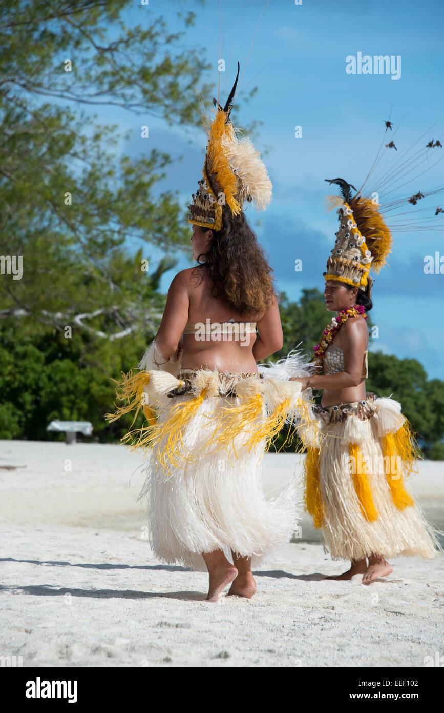 French Polynesia, Austral Islands, Raivavae. Polynesian welcome dance. Polynesian women, in ornate headdress and - Stock Image