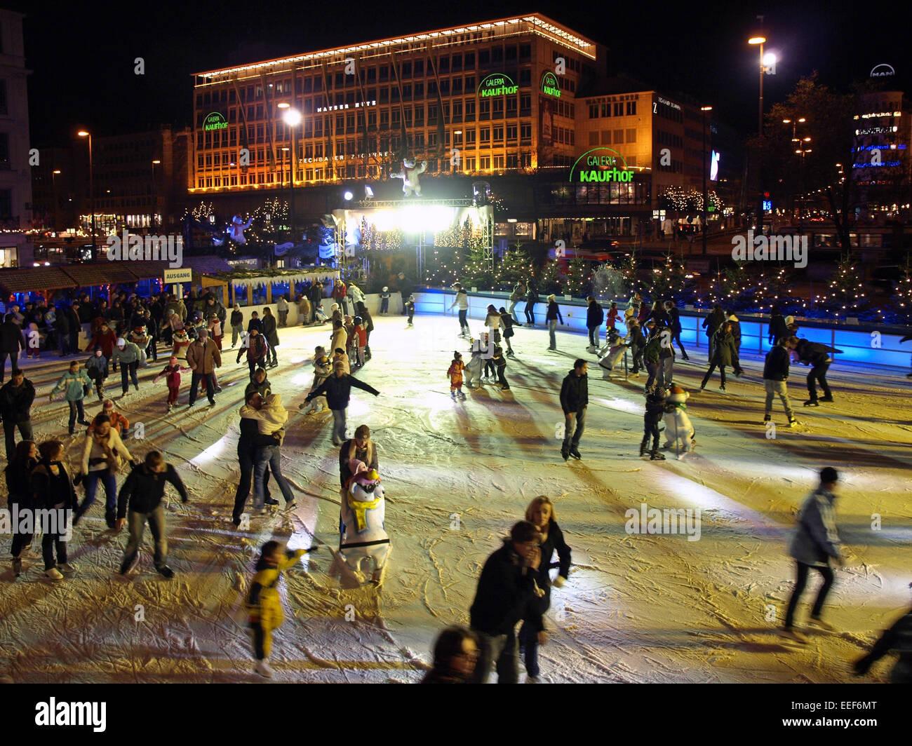 Deutschland, Muenchen, Karlsplatz, Stachus, Eisflaeche, Eislaufen, Schlittschuhlaufen, aussen, Bayern, Winter, Innenstadt, - Stock Image