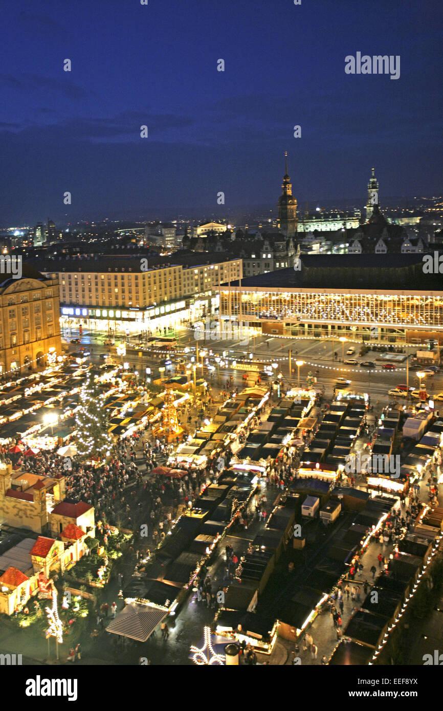 Deutschland Dresden Strietzelmarkt Uebersicht Verkaufsstaende Staende Nacht aussen beleuchtet Sachsen Adventszeit - Stock Image