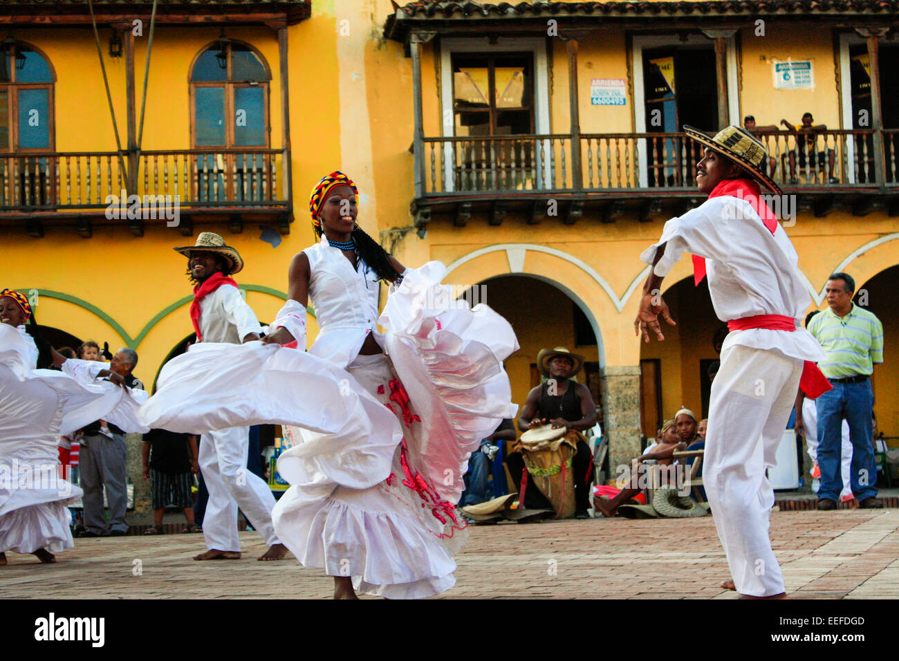 Traditional Colombian dancers performing in Cartagena's main square in the Old Town, Colombia - Stock Image