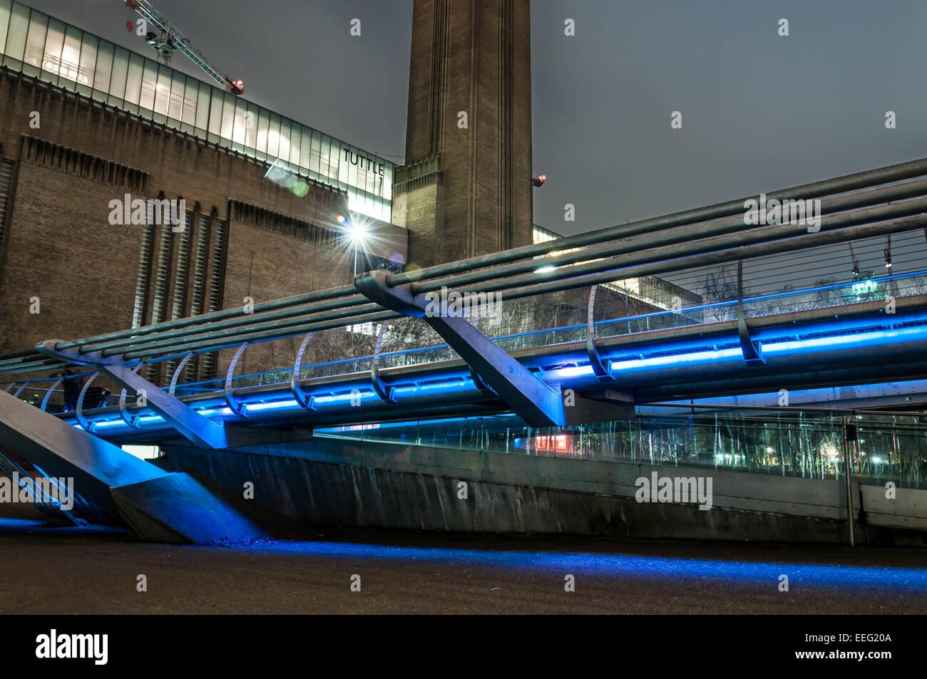 Tate Modern and Millennium bridge at night - Stock Image