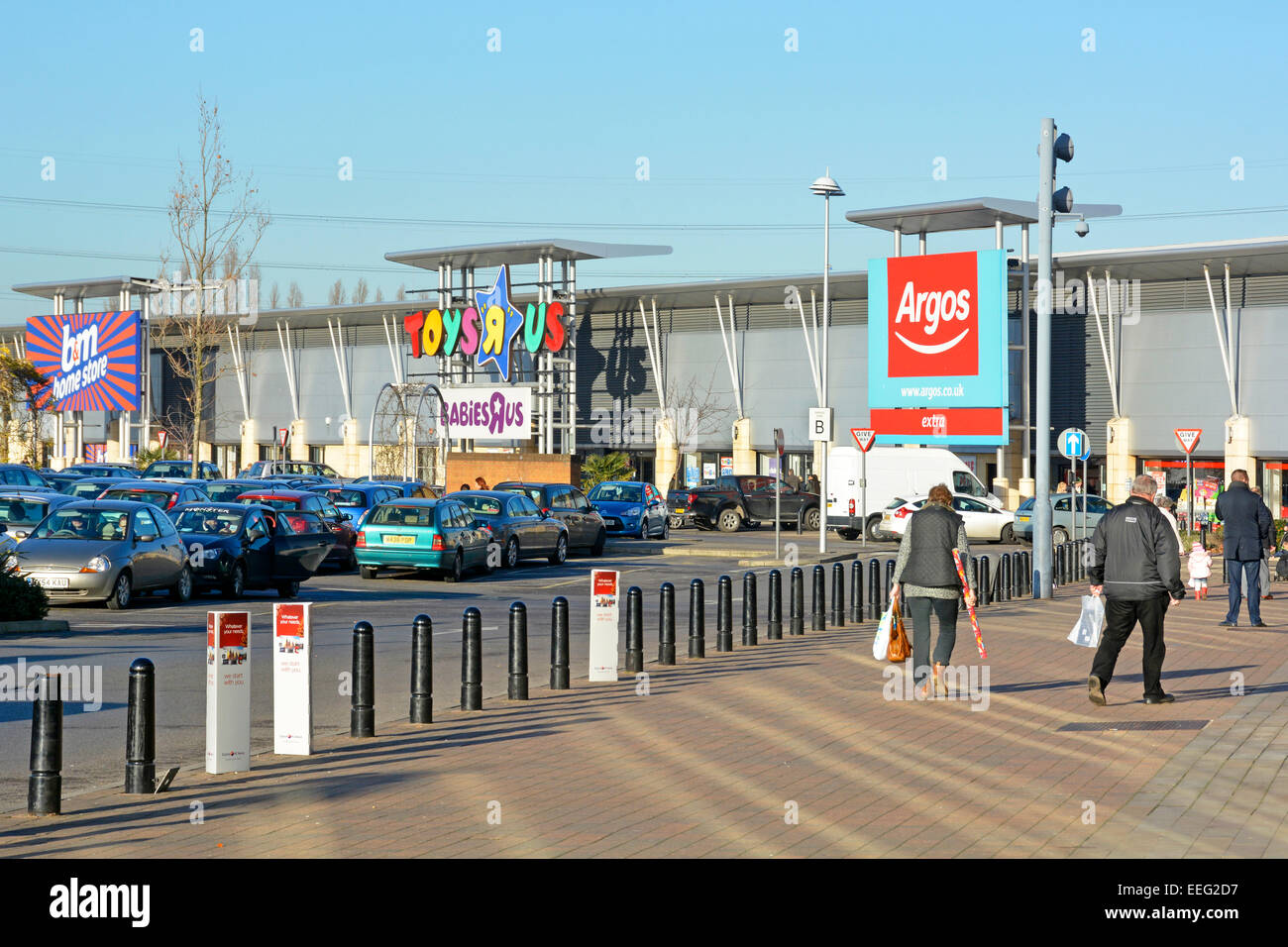 Large retail store units and free car parking at the Lakeside retail park - Stock Image
