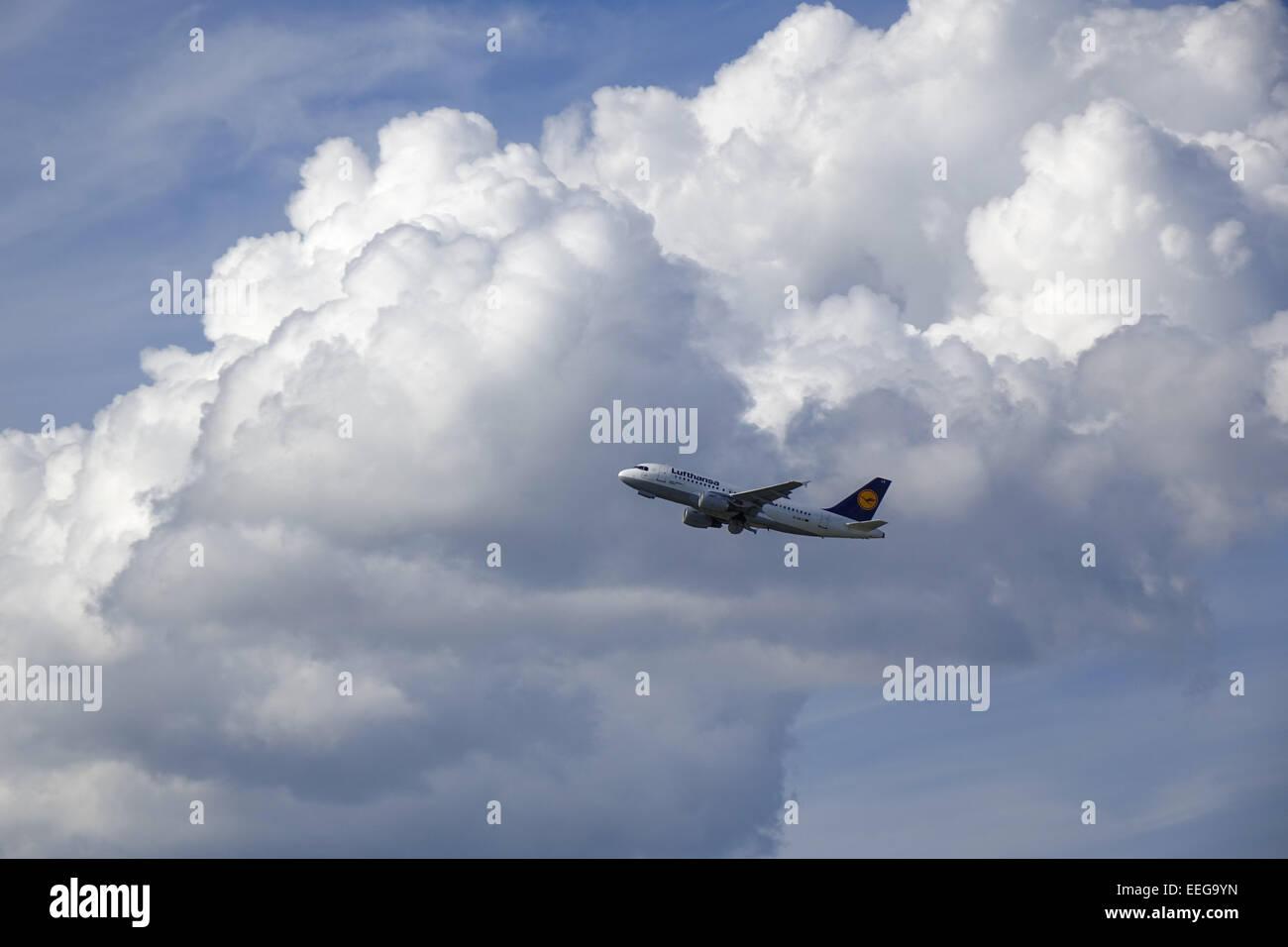 Passagierflugzeug der Lufthansa nach dem Abheben vom Flughafen in München, Bayern, Deutschland, Europa, Lufthansa - Stock Image