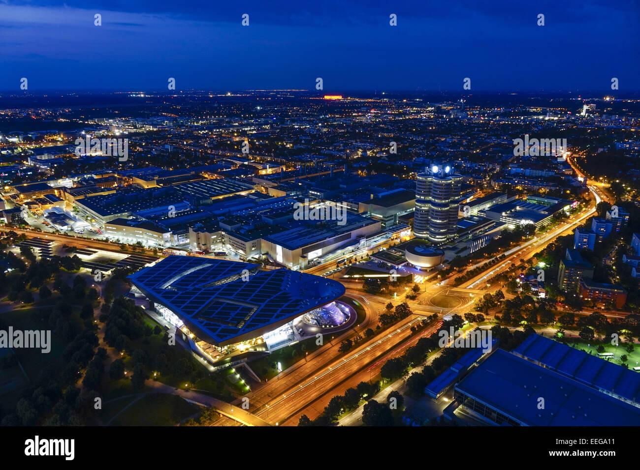 """Blick auf die BMW-Welt und Hauptverwaltung """"BMW-Vierzylinder"""", München, Bayern, Deutschland, Europa, Look at the Stock Photo"""