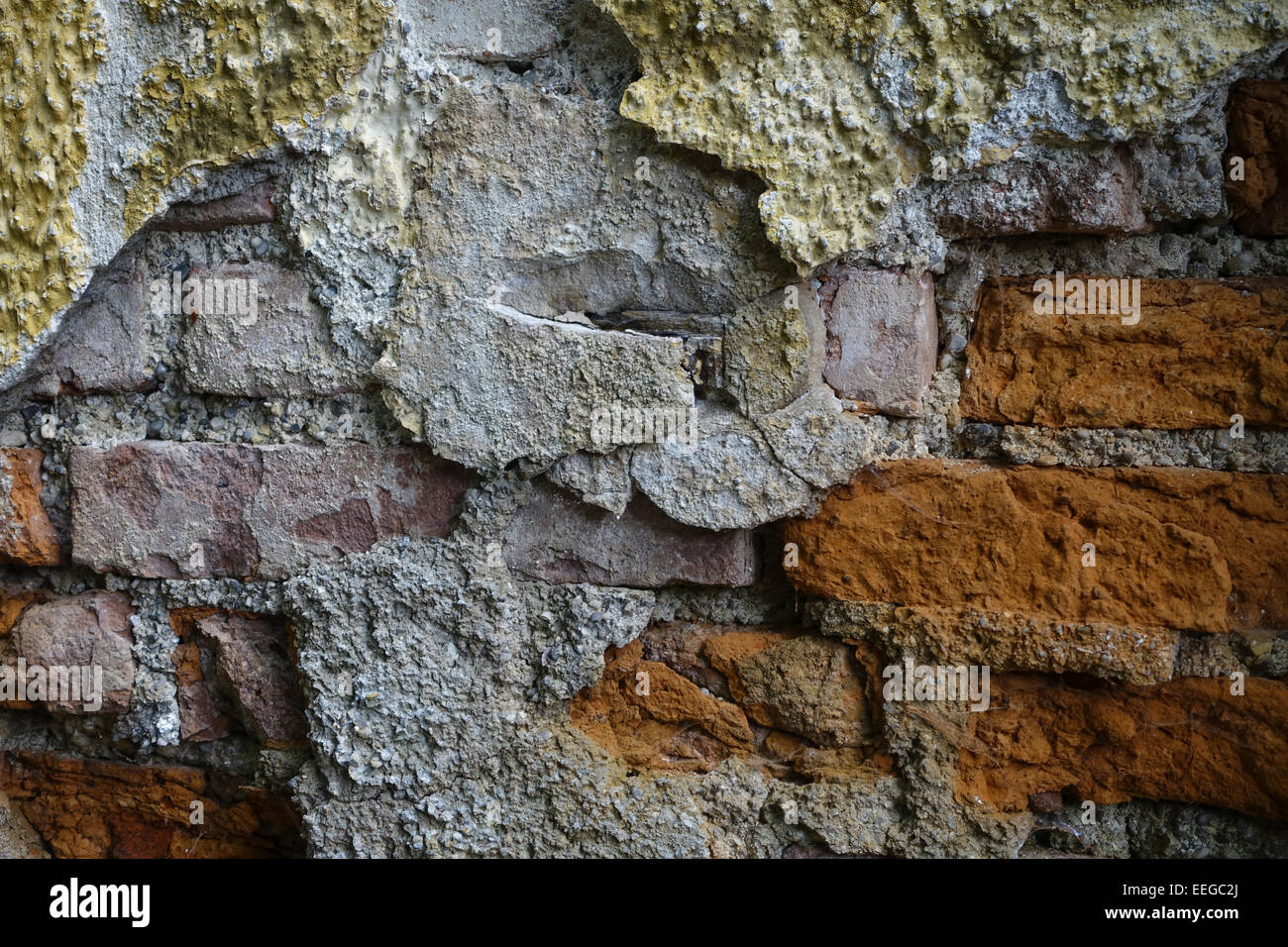 Alte Ziegelmauer an einem heruntergekommenen Haus, Hintergrund, Old brick wall in a rundown house, background, old, - Stock Image