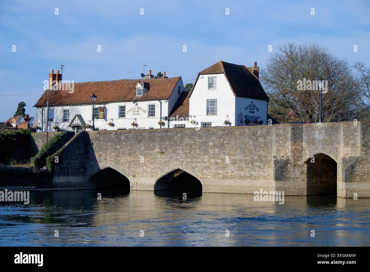 The Nag's Head pub on the old stone road bridge over the River Thames, in Abingdon, Oxfordshire. - Stock Image