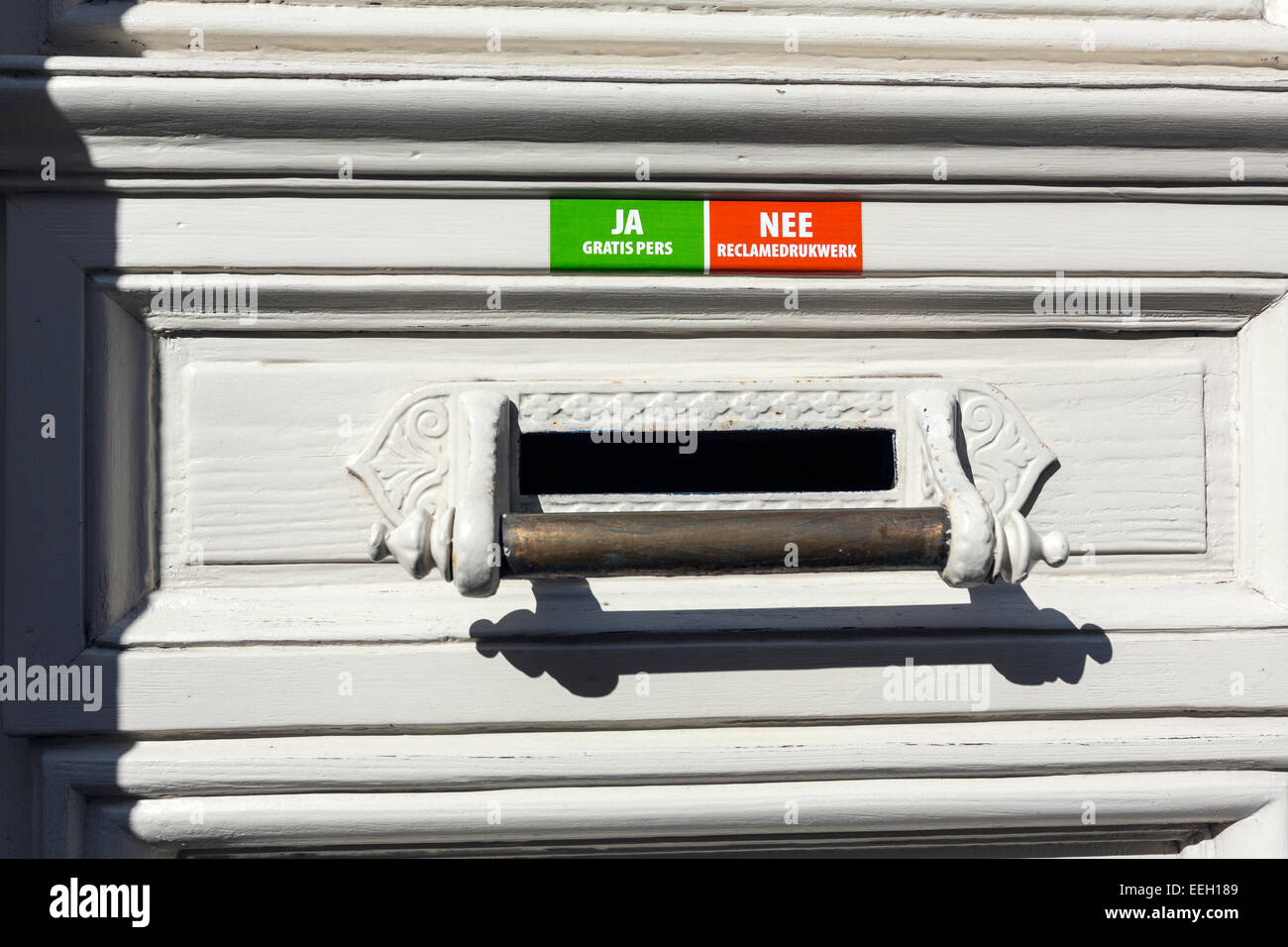 Mechelen mailbox with placard saying no advertisement and yes free magazines - Stock Image